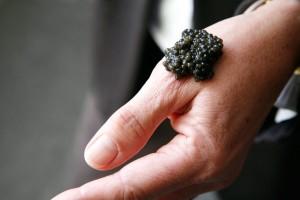 main-et-caviar-3